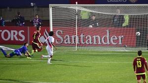 Claudio Pizarro scores past Venezuela's goalkeeper Alain Baroja