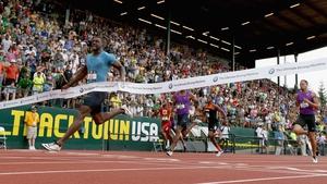 Justin Gatlin crosses the line in 19.57 seconds