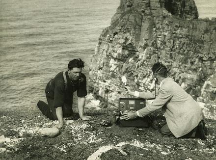 Innealtóir fuaime, Ned Nugent, ag iarraidh éanacha a thaifeadadh i dToraigh, 1956. © RTÉ.