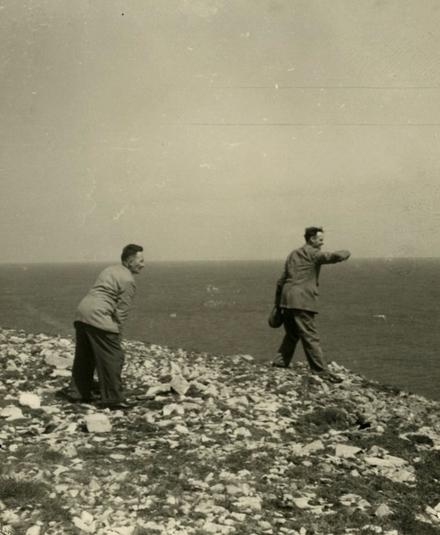 Proinsias Ó Conluain leis an innealtóir fuaime Ned Nugent i dToraigh 1956. © RTÉ.
