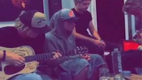 Niall Horan distances himself from Justin Bieber photos