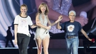 Taylor Swift showed of her 'Style' with Julia Roberts and Joan Baez