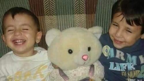 Aylan, 3 agus Galip, 5 Kurdi a báthadh ar thrá Bodrum inné. Báthadh a máthair Rehan, 35 freisin