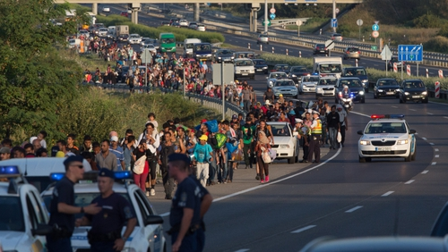 Agroup of around 500 refugees and migrants have been marching on a Hungarian motorway towards the Austrian border