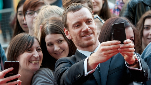 Fassbender poses with fans at Macbeth premiere