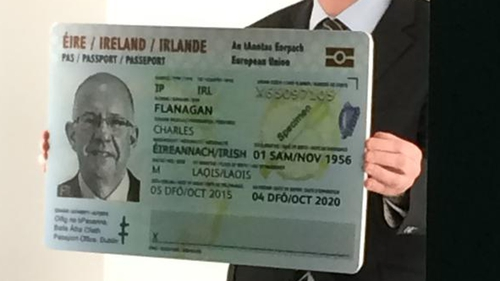 The Minister unveils the first Passport Card
