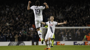 Mousa Dembele (L) celebrates scoring the winning goal with team-mate Jan Vertonghen