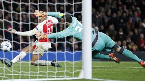 Alexis Sanchez squeezes home Arsenal's third goal against Dinamo Zagreb