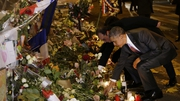US President Barack Obama (R) and French President Francois Hollande pay tribute in front of the Bataclan concert venue