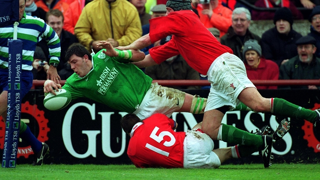 Shane Horgan touches down for Ireland in the 2000 match