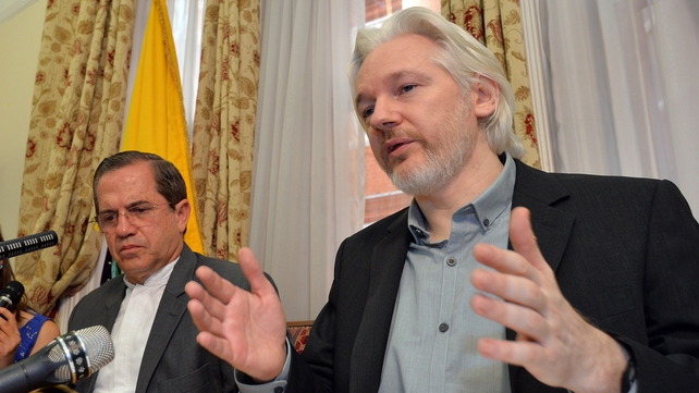 Julian Assange (R) and the Ecuadorian Foreign Minister at a press conference in London in August 2014