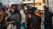 Thousands of Syrian refugees amass on border with Turkey