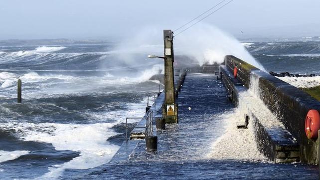 Strong winds batter Enniscrone Pier in Co Sligo (Pic: Maple Moose Ice Cream Parlour)