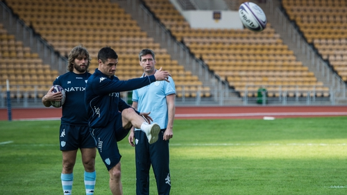 Ronan O'Gara watches on as Dan Carter practices his kicking with Racing 92