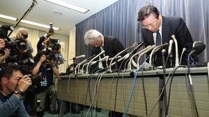 Mitsubishi executives bow in apology at a Tokyo news conference