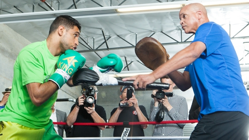 Amir Khan (L) works the mitts with trainer Virgil Hunter