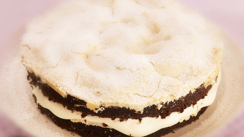 Chocolate Meringue Cake: A serious picnic bonus