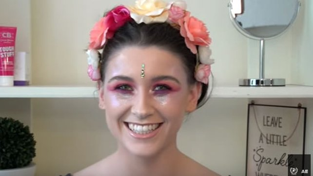 Learn how to make a perfect glitter festival look.