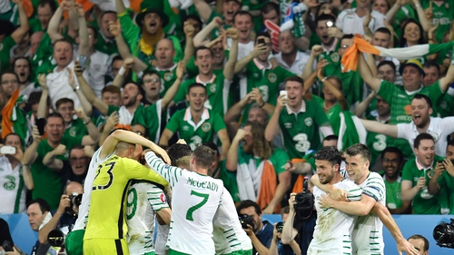 The Irish team and fans celebrate after its 1-0 win over Italy last night