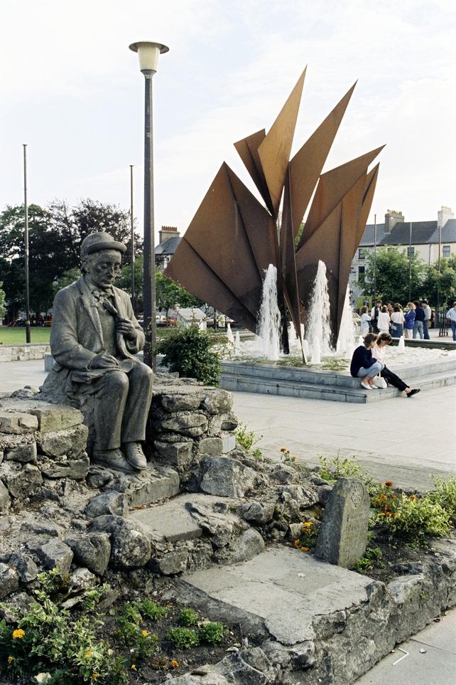 Pádraic Ó Conaire Statue, Eyre Square (1987)