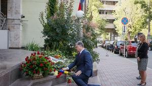 Ukrainian President Petro Poroshenko lays flowers at the French embassy in Kiev