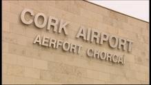 Thúirling eitleán de chuid Aer Lingus Regional in aerfort Chorcaí le 63 ar bord i ndiaidh don píolóta deatach sa chró a thuairisciú
