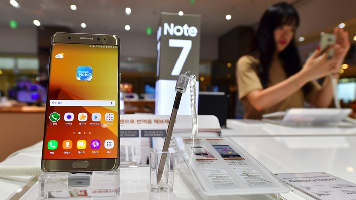 Replacement Samsung Galaxy Note 7 phone catches fire on airplane