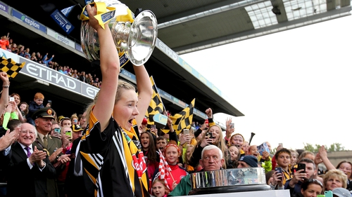 Michelle Quilty lifts the O'Duffy Cup