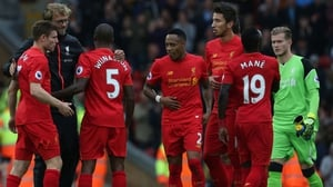 Jurgen Klopp (2L) congratulates his Liverpool after beating Hull City