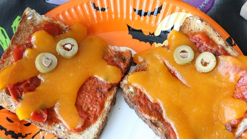 This Healthy Halloween Ghost Toast is a healthy alternative to get something savoury into the kids this Halloween before they head out Trick or Treating!