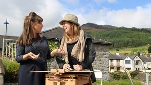 Pauline McLynn and Painting the Nation contestant Sinead Lawless in Carlingford