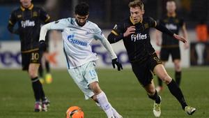 Zenit St Petersburg's Portuguese defender Luis Neto (L) evades David McMillan