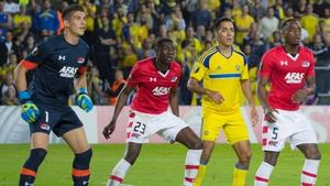 AZ Alkmaar's goalkeeper Sergio Rochet (L) eyes up a cross