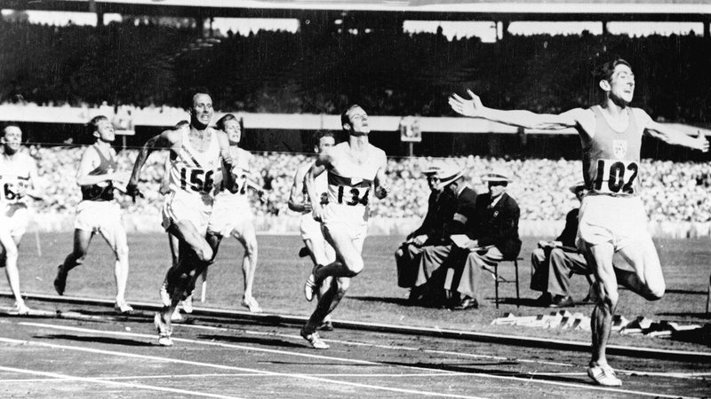 1 December 1956 - Ronnie Delany leads the field home in Melbourne