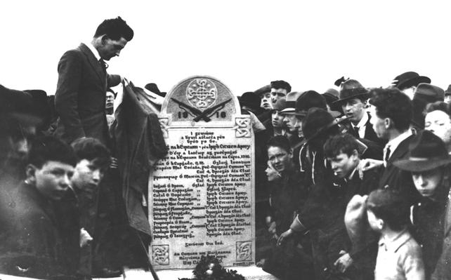 Frank Ryan unveils a gravestone at Glasnevin Cemetery (1929)