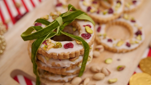 Christmas Wreath Biscuits by Eva Lawes