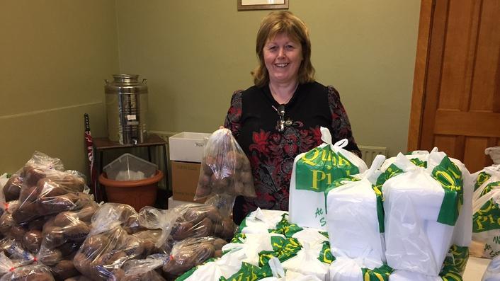 Volunteers ensure people have enough food this Christmas