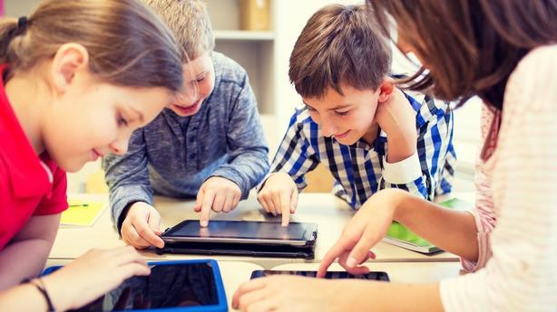kids using electronics