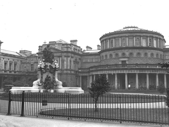 Queen Victoria Monument, Leinster House lawn (1930s)