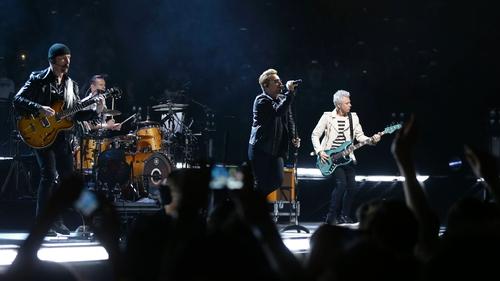 Bono sends queuing fans special delivery