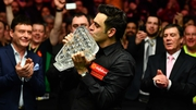 Ronnie O'Sullivan kisses the Paul Hunter Trophy