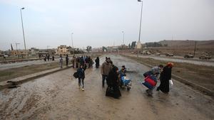 Iraqi families fleeing an IS-controlled neighbourhood arrive to the Arabi neighbourhood north of Mosul