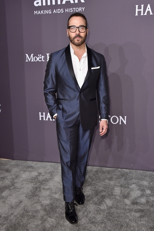 Entourage actor Jeremy Piven looks slick in a navy suit.