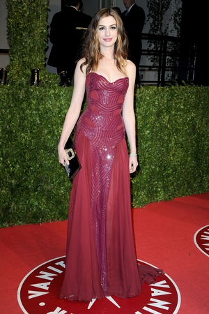 We hardly recognize Anne with her long light locks wearing this Atelier Versace signature gown in burgundy. She looks like a Greek goddess at the Vanity Fair Oscar party in 2011.
