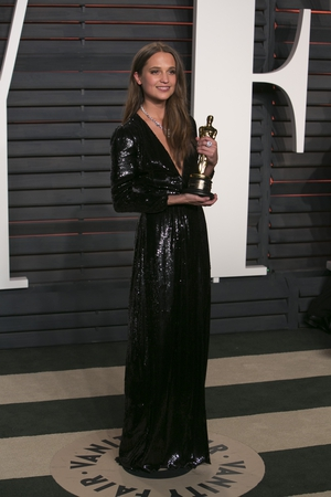 The plunging neckline of this Louis Vuitton black sequined gown makes Alicia look chic and sensual at the 2016 Vanity Fair Oscar Party.
