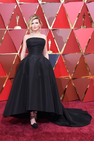 Kristen Dunst goes back to black with this simple gown by Dior Haute Couture.