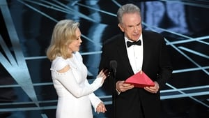 Faye Dunaway and Warren Beatty with the wrong envelope at the Oscars