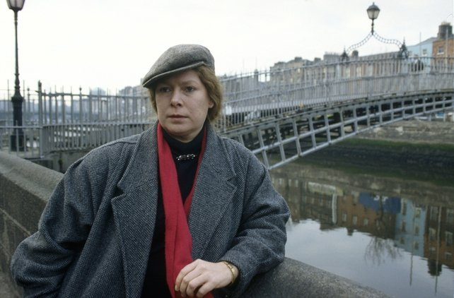 Dolores Keane by the Ha'penny Bridge, Dublin (1991)