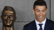 Ronaldo (r) is happy that his statue does not look like Niall Quinn (l)