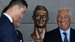 Ronaldo (l) is happy that his statue does not look like Niall Quinn (c)
